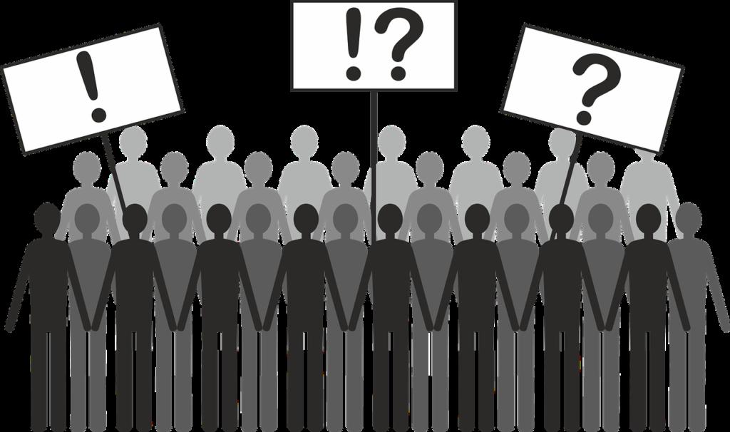 Ilustração de multidão de pessoas segurando placas com pontos de interrogação e exclamação.